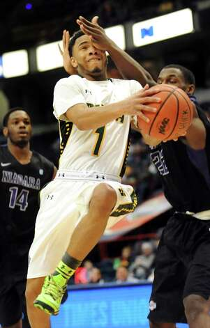 Siena's Marquis Wright, center, tries to push past Niagara's Dominique Reid during their first round game in the MAAC Championship on Thursday, March 5, 2015, at Times Union Center in Albany, N.Y. (Cindy Schultz / Times Union) Photo: Cindy Schultz / 10030857A