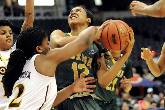 Siena's Symone Kelly, center, struggles for a rebound with Iona's Aurellia Cammock during their quarterfinal game in the MAAC Championship on Friday, March 6, 2015, at Times Union Center in Albany, N.Y. (Cindy Schultz / Times Union) Photo: Cindy Schultz / 10030865A