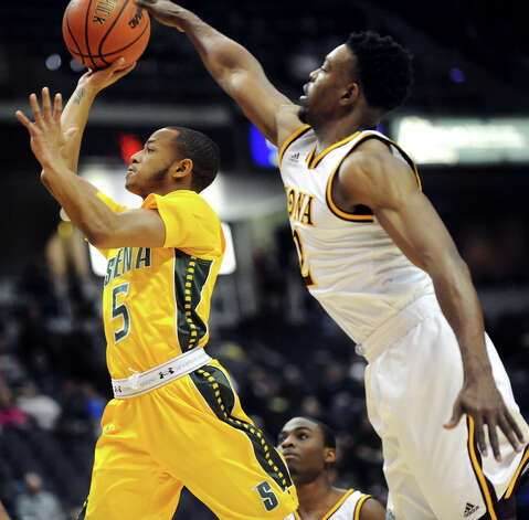 Siena's Evan Hymes, left, goes to the hoop as Iona's Kelvin Amayo defends during their quarterfinal game of the MAAC Championship on Saturday, March 7, 2015, at Times Union Center in Albany, N.Y. (Cindy Schultz / Times Union) Photo: Cindy Schultz / 00030912A