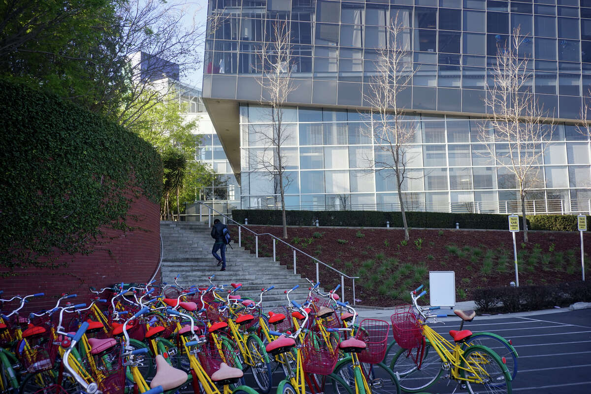 Google plans to nearly double the size of the workforce at its existing campus in Mountain View. Its proposal calls for employees to be able to bicycle all the way to their desks.