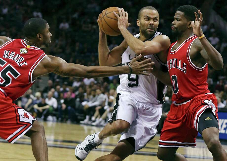 San Antonio Spurs' Tony Parker drives to the basket between Chicago Bulls' E'Twaun Moore (left) and Aaron Brooks during second half action Sunday March 8, 2015 at the AT&T Center. The Spurs won 116-105. Photo: San Antonio Express-News / © 2015 San Antonio Express-News