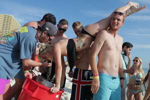 Students hit the beaches for spring break - Photo