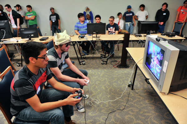 8db57222d2f 1of4Alex Ramos (left) and Roger Hogue play games during the eSports event  at UTSA.Photo  Robin Jerstad   San Antonio Express-News