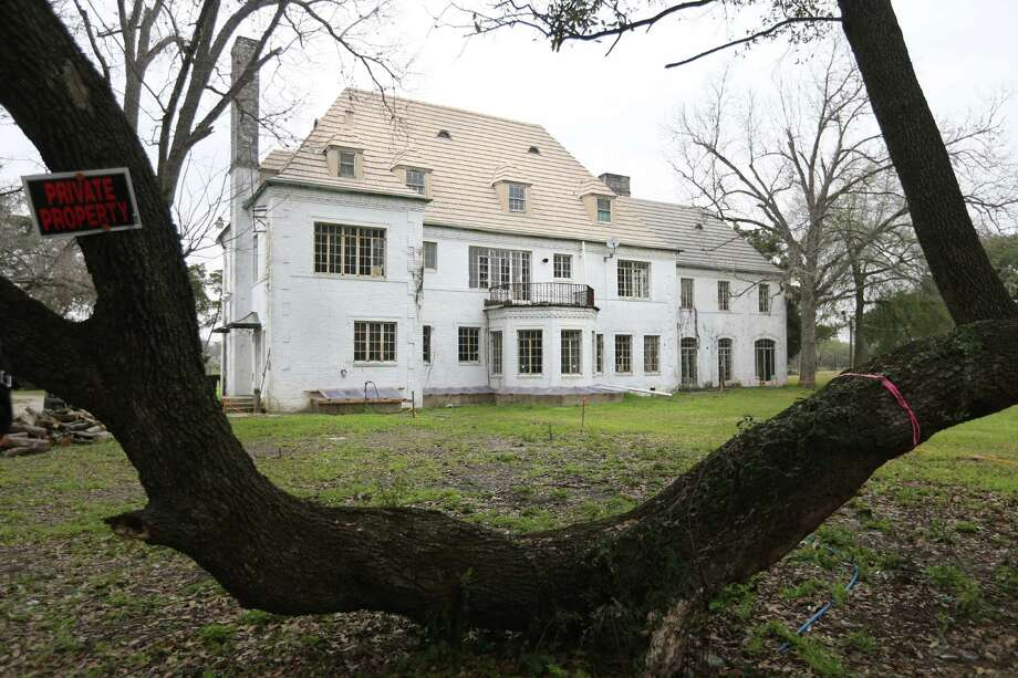 An old oak tree frames the Weingarten Mansion from the south side of the property in Riverside Terrace on Friday, Feb. 27, 2015, in Houston. ( Mayra Beltran / Houston Chronicle ) Photo: Mayra Beltran, Staff / © 2015 Houston Chronicle