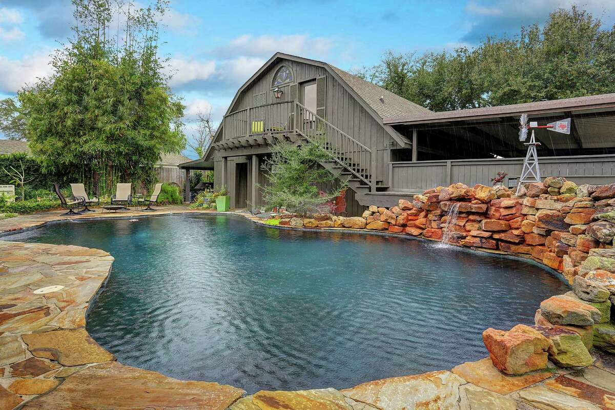 Sherry and Larry Howard have turned a backyard pool and a garage apartment into a cozy weekend retreat.