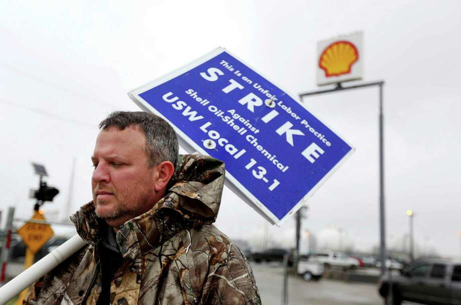 John Mills, a Shell Oil operator, continues to picket while the U.S. Steelworkers union members wait on a tentative agreement on a four year contract with Shell Oil Company at the Shell Deer Park refinery Thursday, March 12, 2015, in Deer Park, Texas. ( Gary Coronado / Houston Chronicle ) Photo: Gary Coronado, Staff / © 2015 Houston Chronicle