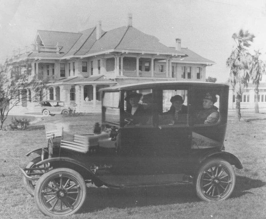 Eleanor Brackenridge and Mrs. H.P. Drought campaign for the vote for women in 1916. Photo: San Antonio Express-News Archives / Express-News archives