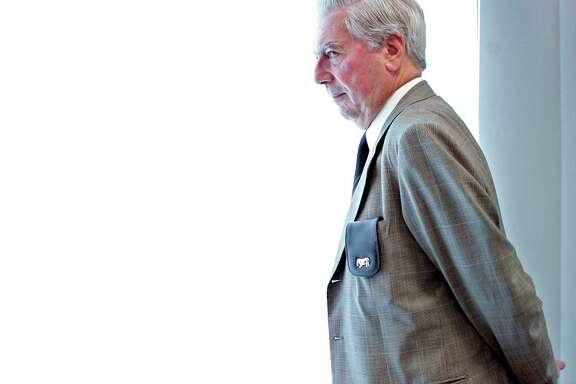"""En esta fotografía del 23 de mayo de 2006, el Nobel peruano de Literatura Mario Vargas Llosa posa para una foto durante la presentación de su libro """"Travesuras de la Niña Mala"""" en Madrid, España. En 1976, Vargas Llosa y Gabriel García Márquez tuvieron un altercado que dejó a García Márquez con el ojo morado. García Márquez murió el jueves 17 de abril de 2014 en su casa en la Ciudad de México. (Foto AP/Daniel Ochoa de Olza/Archivo)"""