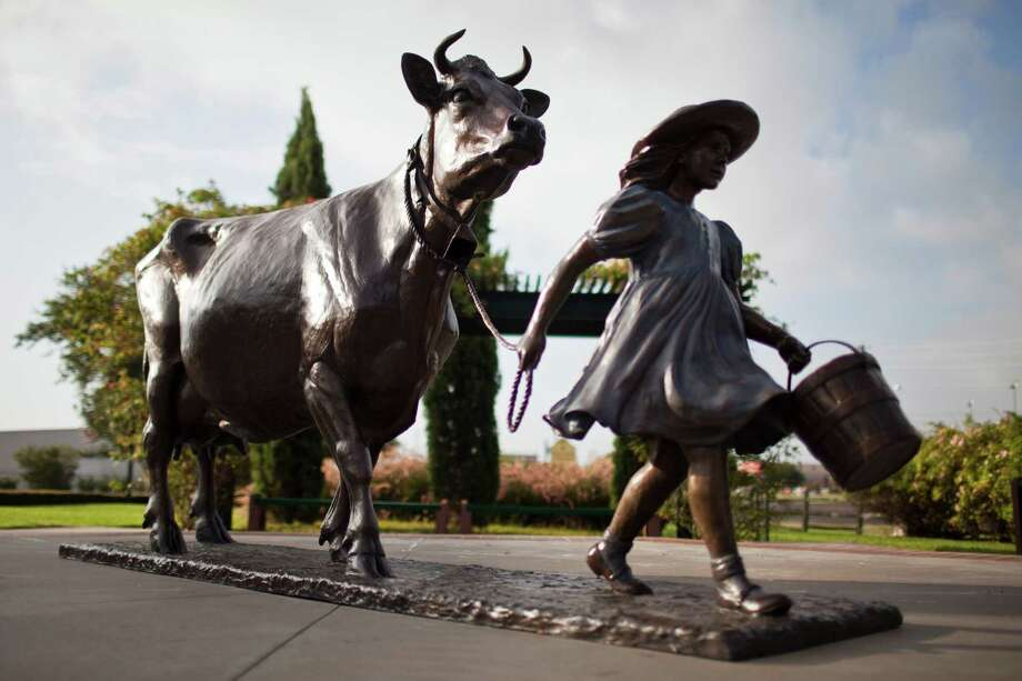 A sculpture of Belle the cow and her keeper occupies pride of place outside the Blue Bell Creamery in Brenham. Photo: Eric Kayne / © 2012 Eric Kayne