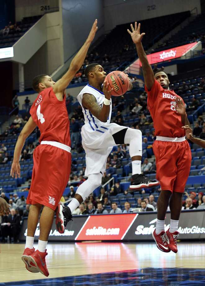 Tulsa's Rashad Ray, middle, drives to the basket between Houston defenders LeRon Barnes, left, and Jherrod Stiggers in the first half during the quarterfinals of the AAC Tournament at the XL Center in Hartford, Conn., on Friday, March 13, 2015. Tulsa advanced, 59-51. (Stephen Dunn/Hartford Courant/TNS) Photo: STEPHEN DUNN, MBR / Hartford Courant