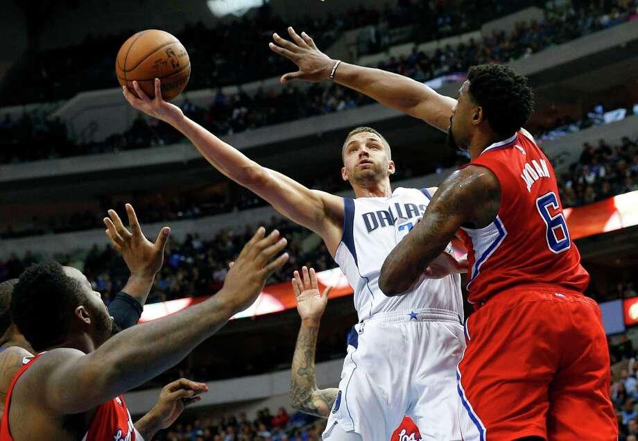 The Mavericks' Chandler Parsons (25) shoots over the Clippers' DeAndre Jordan (6) and Glen Davis. Photo: Richard W. Rodriguez, MBR / Fort Worth Star-Telegram