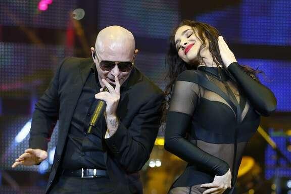 Pitbull canta durante el Houston Livestock Show and Rodeo en el NRG Stadium.