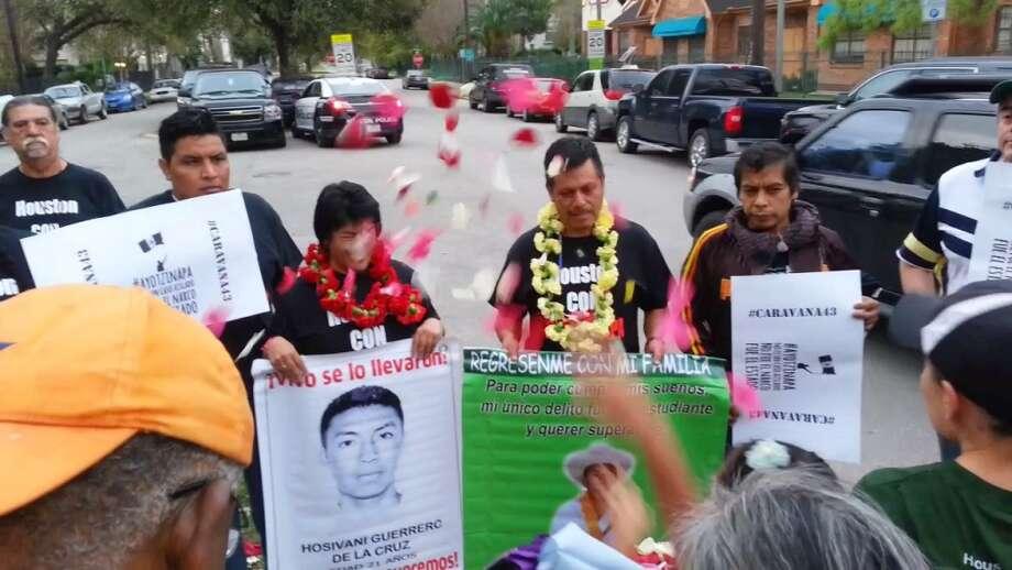 Miembros de la comunidad de Houston lanzan pétalos de flores a familiares de estudiantes de Ayotzinapa que visitaron la ciudad en 2015. Photo: Olivia P. Tallet, La Voz
