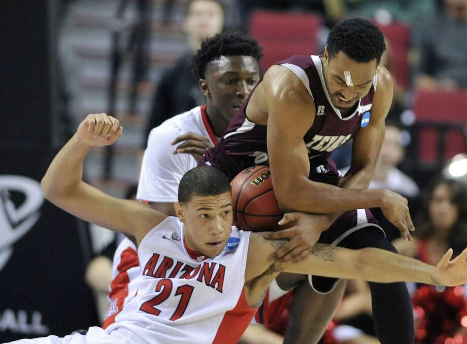 TSU's Malcolm Riley, right, battles Arizona's Brandon Ashley. Photo: Greg Wahl-Stephens, FRE / FR29287AP