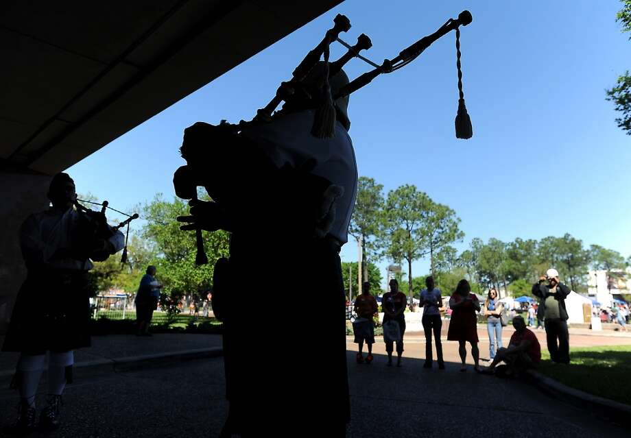 A crowd begins to gather as Jeff Courts and the Lonestar Pipe Band perform during Art in the Park in Orange, Saturday, March 24, 2012. Tammy McKinley/The Enterprise