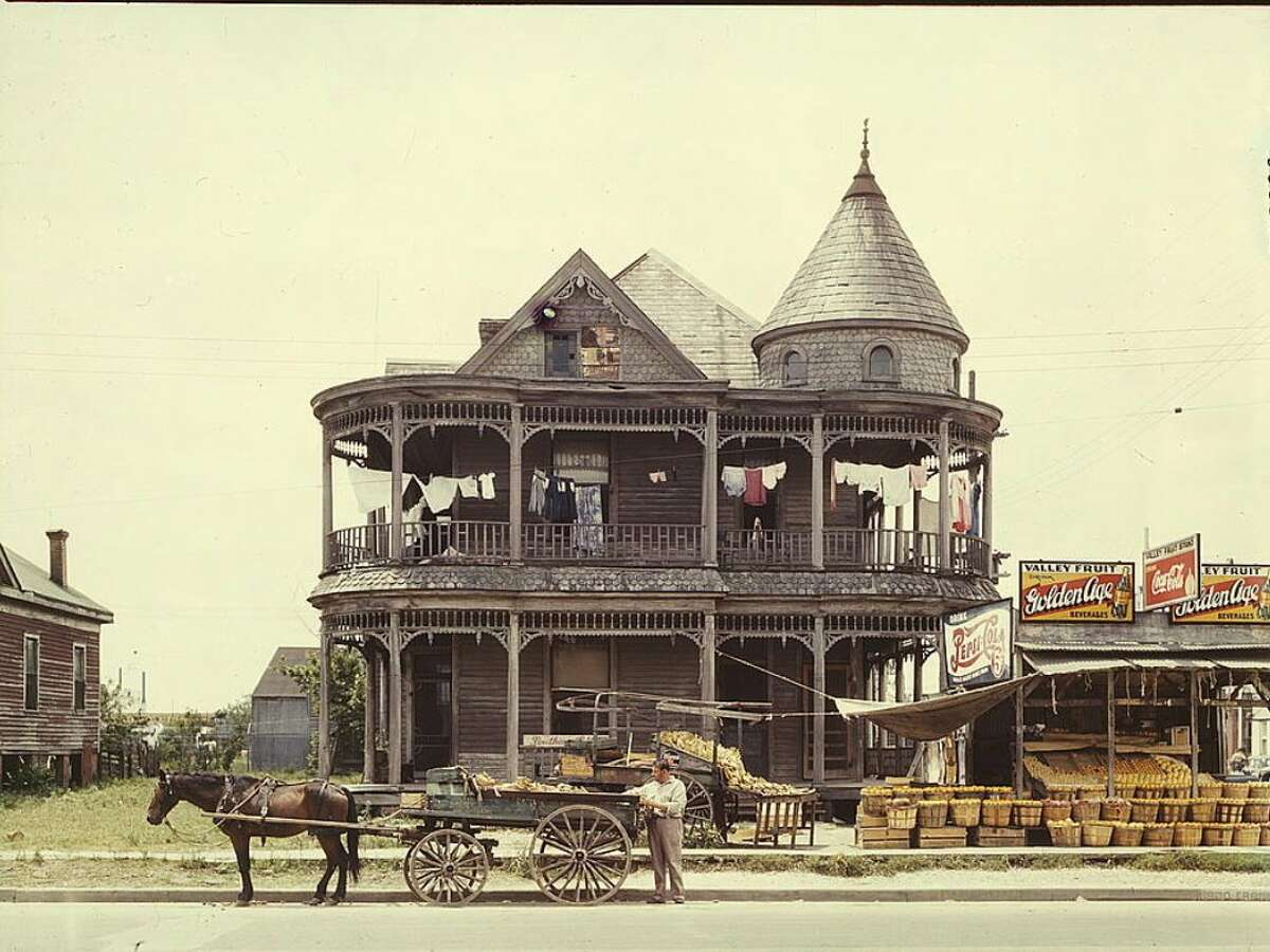 May 1943 : A rare color photo of a house in Houston during the Great Depression.