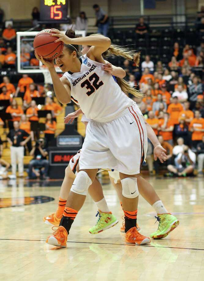 Oregon State's Deven Hunter protects the ball. Photo: TIMOTHY J. GONZALEZ / Associated Press / FR11177 AP
