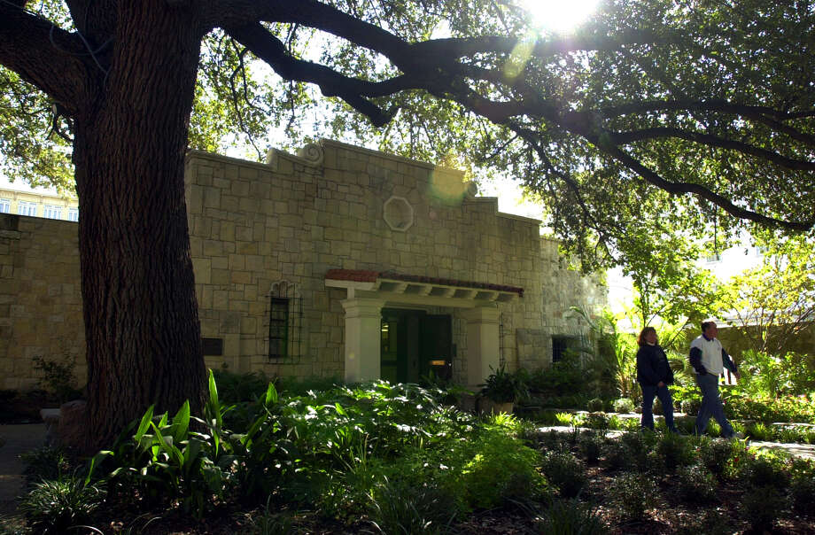 The DRT Library at the Alamo, now known as the Alamo Research Center, is at the center of a lawsuit filed by the Daughters of the Republic of Texas, the group that opened the privately funded library in 1950. The DRT says it owns a majority of the 38,000 items in the facility's collection. Photo: JOHN DAVENPORT /SAN ANTONIO EXPRESS-NEWS / SAN ANTONIO EXPRESS-NEWS