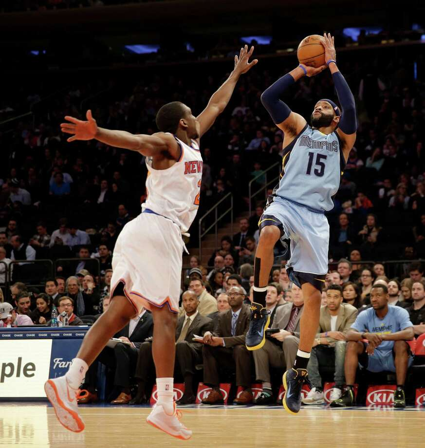 Memphis Grizzlies' Vince Carter, right, shoots over New York Knicks' Langston Galloway during the first half of the NBA basketball game, Monday, March 23, 2015 in New York. (AP Photo/Seth Wenig) ORG XMIT: NYSW107 Photo: Seth Wenig / AP