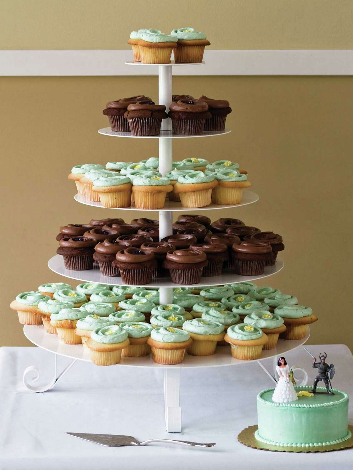 Think outside the cakebox: Cupcakes are still a clever way to serve dessert.