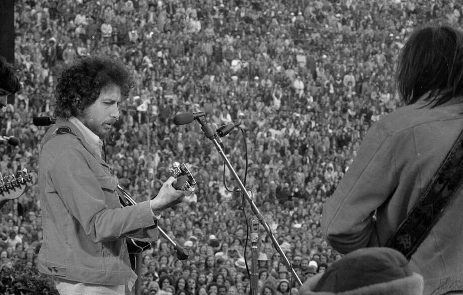 March 23, 1975: Bob Dylan makes a surprise appearance at the SNACK concert, organized by Bill Graham with the support of Mayor Joe Alioto, Willie Mays, Cecil Williams, Jerry Garcia and Carlos Santana. Photo: Vince Maggiora / The Chronicle / ONLINE_YES