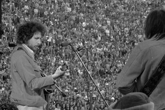 March 23, 1975: Bob Dylan makes a surprise appearance at the SNACK concert, organized by Bill Graham with the support of Mayor Joe Alioto, Willie Mays, Cecil Williams, Jerry Garcia and Carlos Santana.