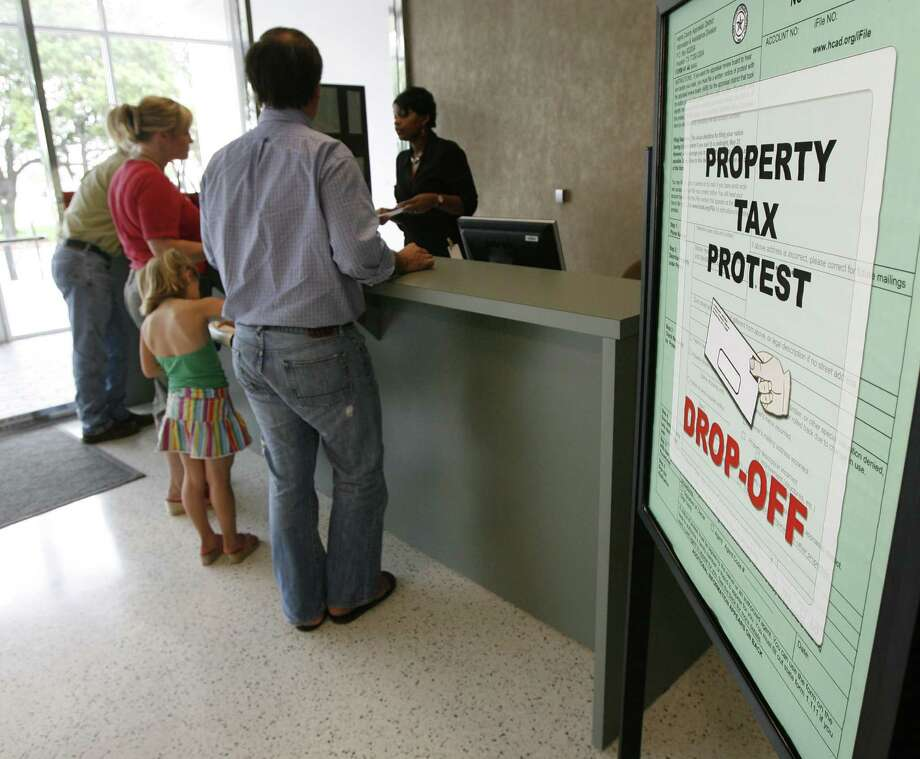 A line forms at the property tax protest drop-off at the Harris County Appraisal District. Photo: James Nielsen, Staff / Houston Chronicle