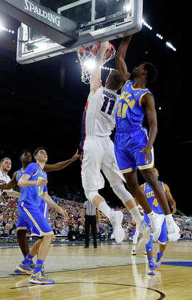 Gonzaga's Domantas Sabonis (11), who scored 12 points, dunks against UCLA's Isaac Hamilton.