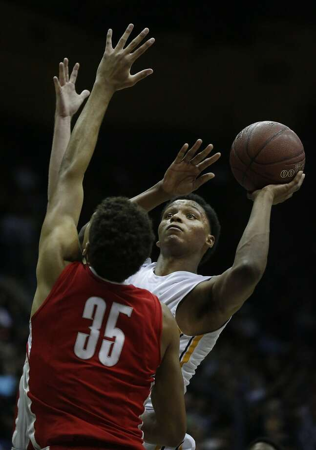 Bishop O'Dowd's Ivan Rabb, right, shoots the ball past Mater Dei's MJ Cage during the CIF State Basketball Championships open division boys' game between Mater Dei and Bishop O'Dowd in the Haas Pavilion March 28, 2015 in Berkeley, Calif. Photo: Leah Millis, The Chronicle