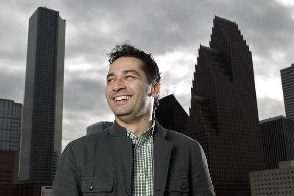 Andrés Orozco-Estrada  es el primer director musical hispano de la Sinfónica de Houston. Nació en Colombia y es conocido por su estilo dinámico como director.