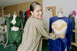Selena no sólo se convirtió en figura de la música ya que la cantante se aventuró como empresaria en la creación de sus propios diseños de ropa inspirados en un tipo de mujer hispana.