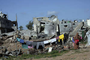 Despondent Gazans return to destroyed homes - Photo