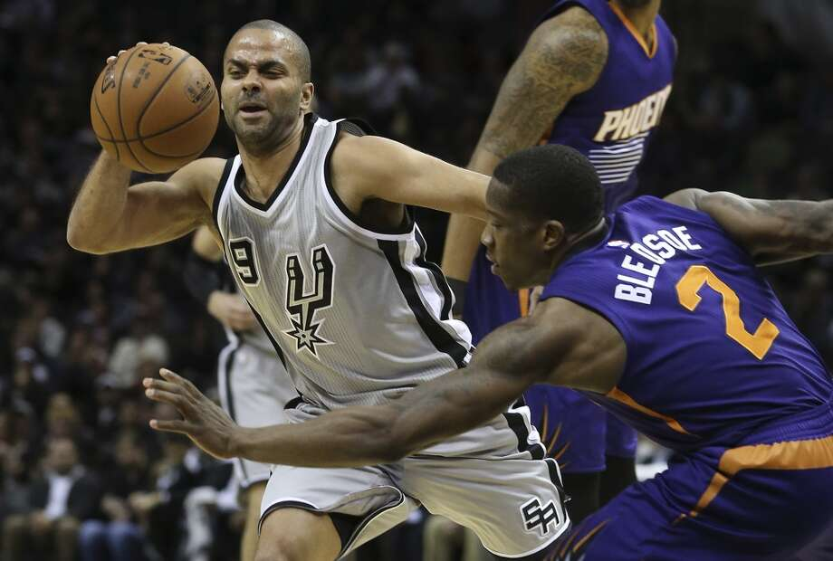 Tony Parker tries to work around Eric Bledsoe in the first half as the Spurs play the Phoenix Suns at the At&T Center on January 9, 2015. Photo: Tom Reel, San Antonio Express-News
