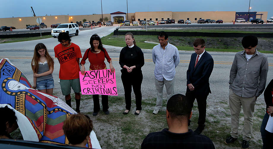 Rev. Traci Smith, center, of Northwood Presbyterian Church, leads a group of 30 in prayer as they hold a vigil in support of mothers in the Karnes County Residential Center that are on a hunger strike opposing their continued detention. Tuesday, March 31, 2015. Photo: Bob Owen, San Antonio Express-News / ©2015 San Antonio Express-News