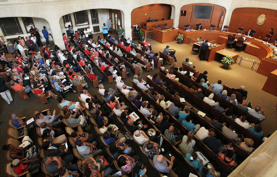 """This file photo shows people packed into City Council Chambers for a """"Citizens the be Heard"""" meeting. Serving on council is a demanding job. In fairness, members should be paid. Photo: Kin Man Hui /San Antonio Express-News / ©2013 San Antonio Express-News"""