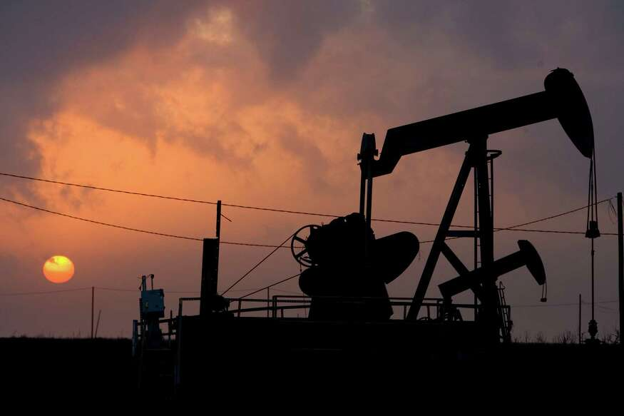 Despite a small drop in U.S. output that sent oil prices higher, the outlook remains dark for oil producers and the companies that provide services to them. (Eric Kayne/Chronicle) OIL RIG