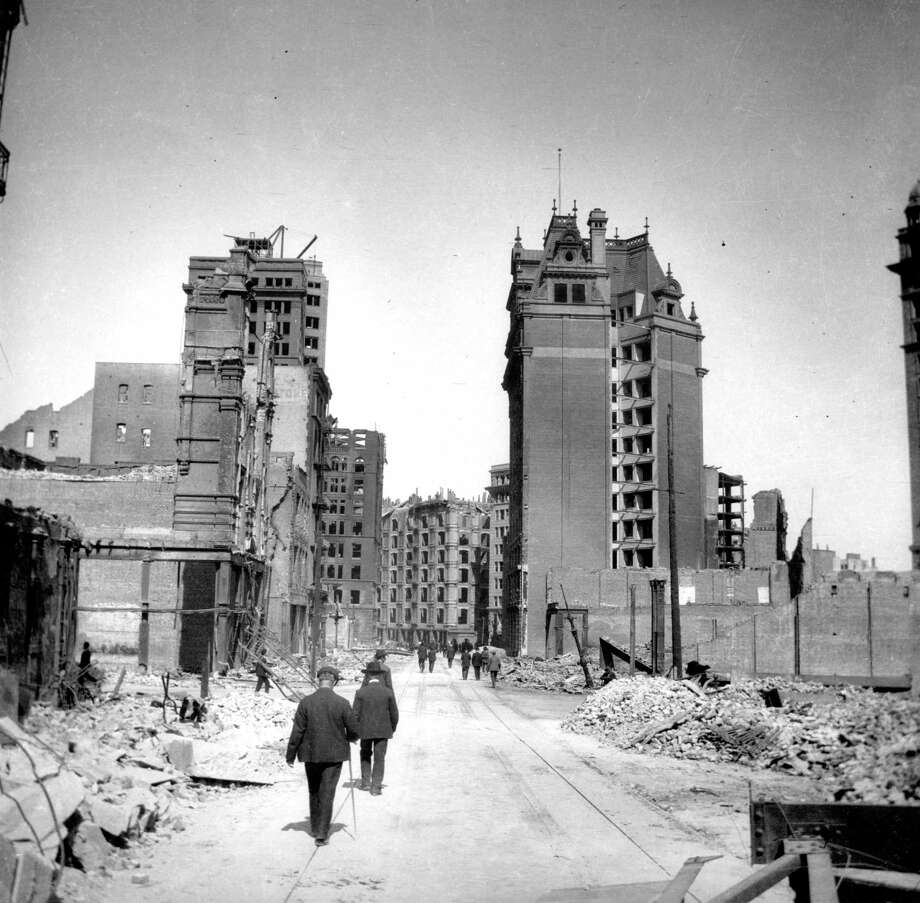 1906 earthquake photo from the San Francisco Chronicle archive. Looking down Geary Street with Palace Hotel in the center, Chronicle building on the left in the background. Photo: Chronicle Archives / ONLINE_YES