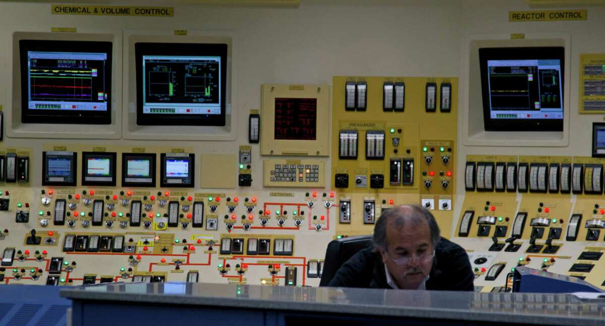 An operator works in the control room of Unit 1 at the South Texas Project nuclear power plant in Wadsworth. ( James Nielsen / Houston Chronicle )