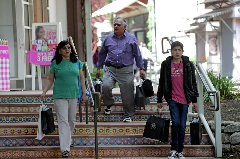 For many Mexicans, Holy Week means heading to Texas destinations such as San Antonio to do a year's worth of shopping for clothing, toys and household goods. Photo: Tom Reel /San Antonio Express-News