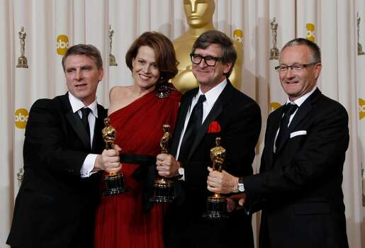 With presenter Sigourney Weaver, second from left, Robert Stromberg, left, Rick Carter, third from left, and Kim Sinclair pose with the Oscar for art direction for Avatar backstage at the 82nd Academy Awards Sunday,  March 7, 2010, in the Hollywood section of Los Angeles. (AP Photo/Matt Sayles) ** EMBARGOED AT THE REQUEST OF THE ACADEMY OF MOTION PICTURE ARTS & SCIENCES FOR USE UPON CONCLUSION OF THE ACADEMY AWARDS TELECAST ** Photo: Matt Sayles, ASSOCIATED PRESS / AP2010