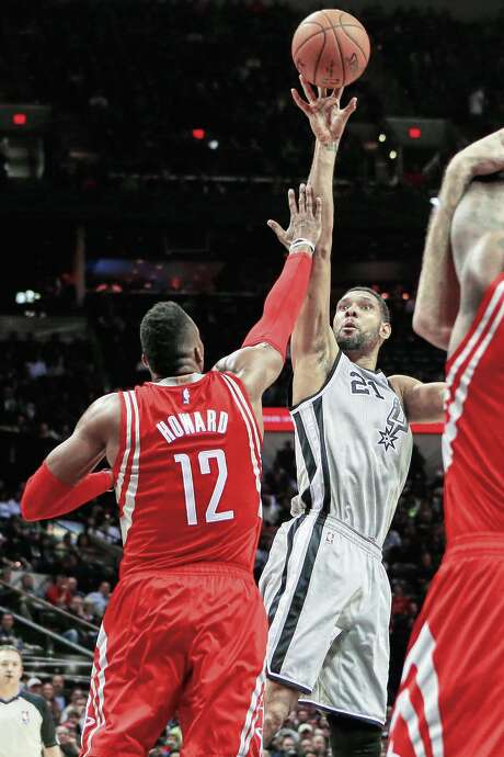 It's up to the respective coaches to determine how much the Spurs' Tim Duncan, right, goes against the Rockets' Dwight Howard over the next three days. Photo: Marvin Pfeiffer, Staff / Express-News 2014