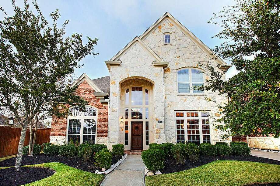 Pearland: Four-bedroom home has a sun room, media room, exercise room and a pool with a hot tub and waterfall. 5,874 square feet Photo: HAR