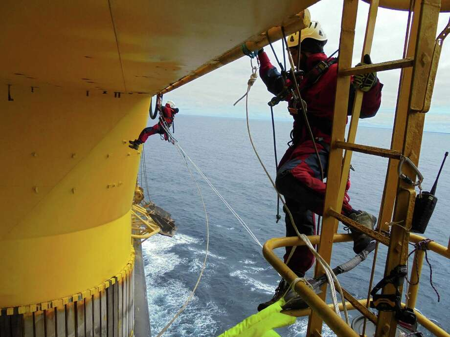 Greenpeace activists rig ropes and set up camp under the main deck of the Polar Pioneer oil rig in the Pacific Ocean. Photo: Jens Loewe / © Jens Loewe / Greenpeace