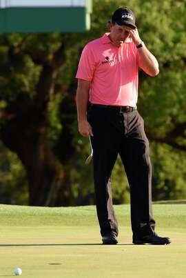 Phil Mickelson misses a 10-foot putt for birdie on 18.
