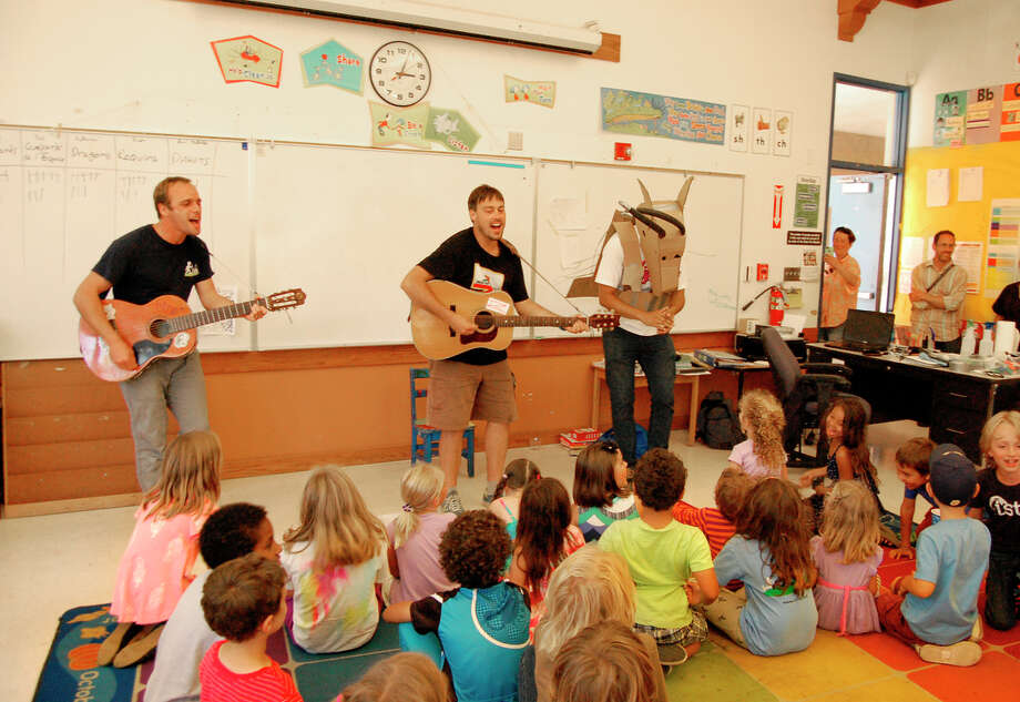 Kids sing famous french songs during the camp. / ONLINE_CHECK