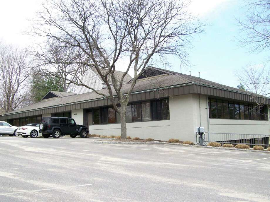 The building at 495 Post Road East where a Sola Salon Studio has been proposed. Photo: Anne M. Amato / westport news