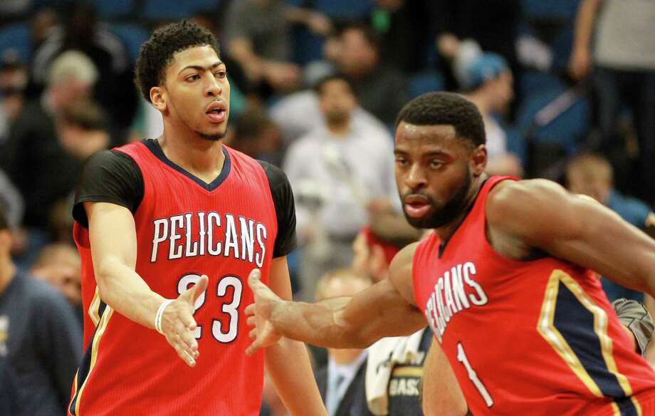 New Orleans Pelicans' Tyreke Evans (right) and Anthony Davis congratulate each other after defeating the Minnesota Timberwolves 100-88 on April, 13, 2015 in Minneapolis. Photo: Andy Clayton-King /Associated Press / FR51399 AP