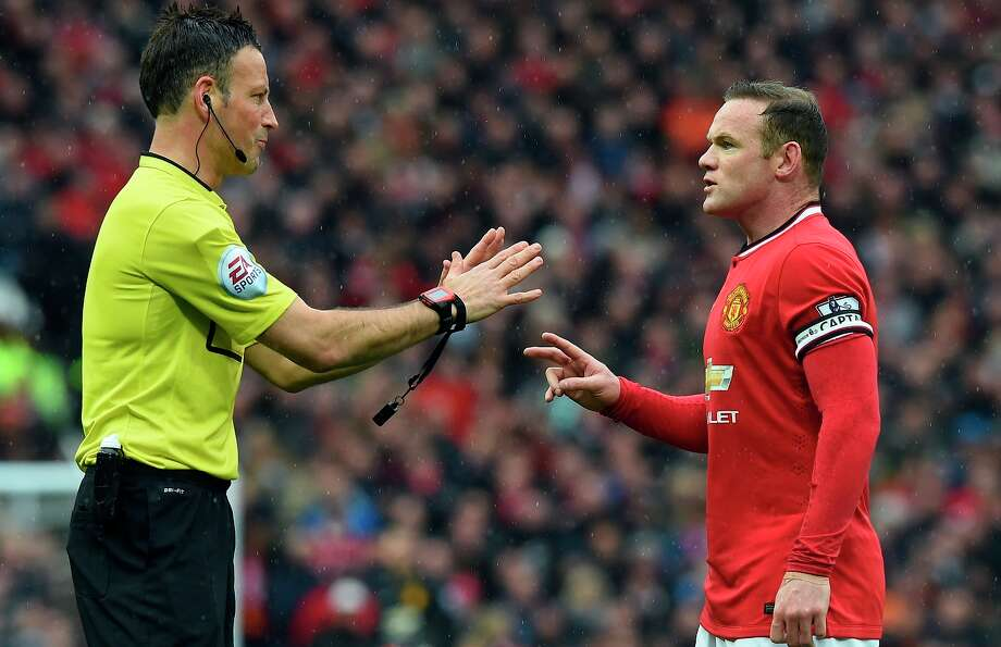 Referee Mark Clattenburg (left), talking with Manchester United's Wayne Rooney during the Derby, properly handled disputes firmly without overreaching during Sunday's rivalry match. Photo: PAUL ELLIS / AFP / Getty Images / AFP