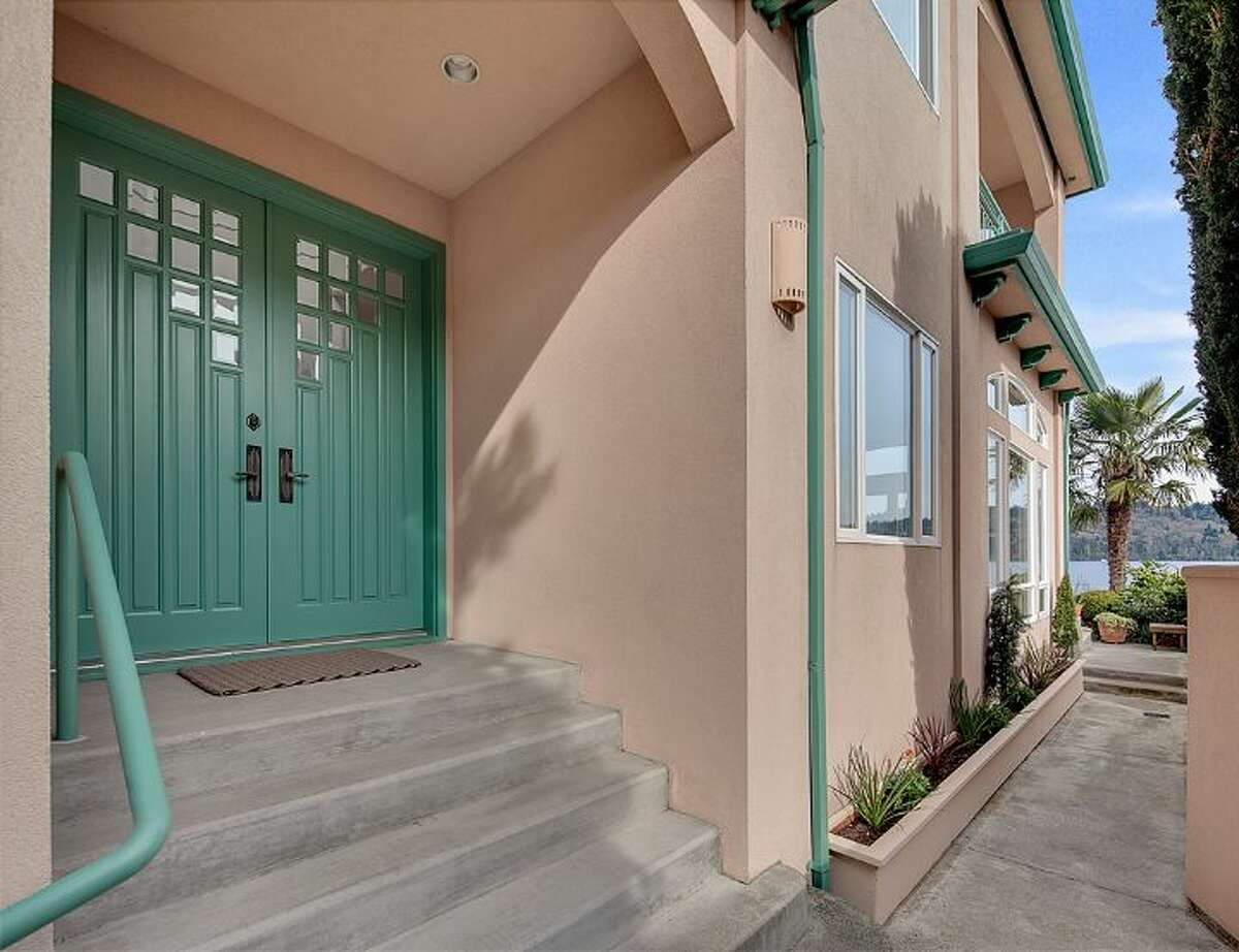The front entryway of 14012 Riviera Place N.E.