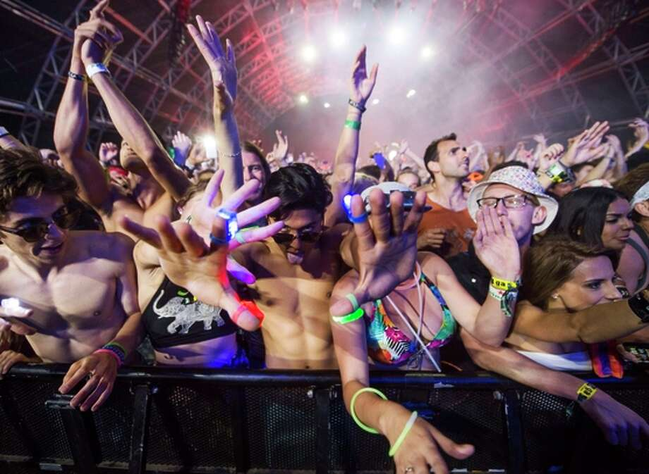 Fans watch as David Guetta performs last Sunday at the Coachella Music Festival in Indio (Riverside County). Photo: ROBYN BECK / AFP / Getty Images / AFP